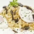 Pasta con salsa de morcilla y huevo