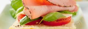 Canapé de lomo sobre picadillo de tomate y albahaca